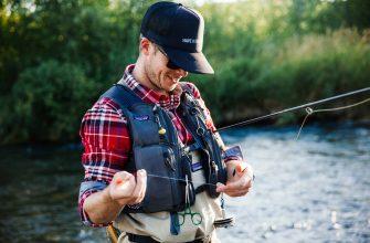 Рыболов вяжет узел на леске
