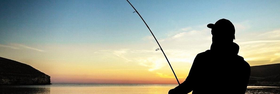 Рыбак со спиннингом