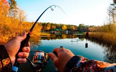 Рыбак со спинингом
