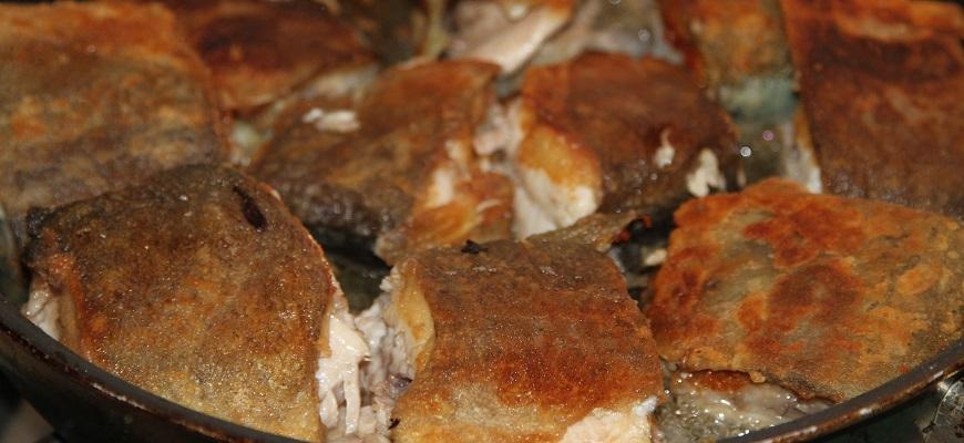 Обжарьте рыбу на сковороде до образования корки