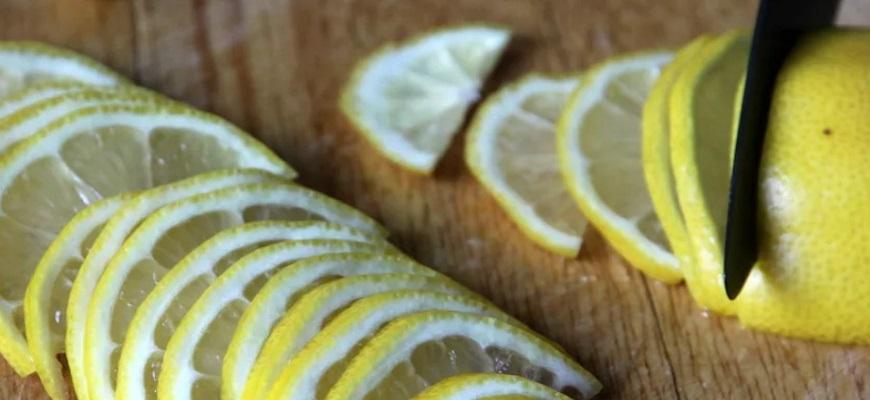 Нарежьте полукольцами лимон